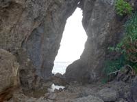 久米島のミーフガー/女岩 - ミーフガーまでは舗装路が整備されています