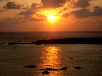 久米島のシンリ浜の夕日「シンリ浜は西向きなので夕日鑑賞におすすめ」