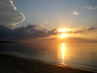 久米島のイーフビーチの朝日