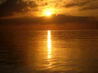 久米島のイーフビーチの朝日 - 遠浅なので水面がキレイです
