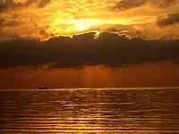 久米島のイーフビーチの朝日 - 遠くに行き交う船もいい感じ