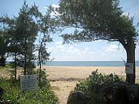 久米島のアーラ浜/阿良ビーチ - ビーチ入口には駐車スペースも有り