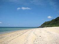 久米島のアーラ浜/阿良ビーチ - 砂はサラサラではなくめが粗い感じ