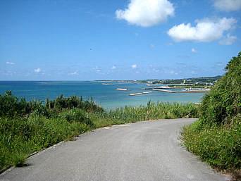 久米島のアーラ浜への道
