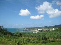 久米島のアーラ浜への道 - 集落が徐々に近づいてきます