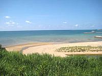 久米島のアーラ浜への道 - 最後の集落近くには砂浜も