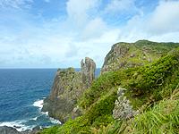 久米島の鳥の口 - 遊歩道のいろいろな場所から望めます
