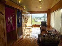 久米島のイーフビーチホテル海洋深層水展望風呂 - 2階がお風呂、1階はマリンショップ