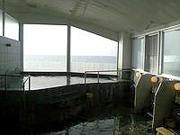 久米島のイーフビーチホテル海洋深層水展望風呂 - 海を望めるお風呂です