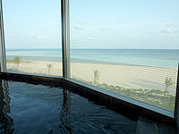 久米島のイーフビーチホテル海洋深層水展望風呂 - イーフビーチが一望