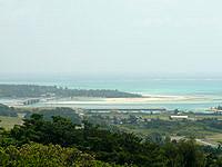 久米島の登武那覇園地下 - 奥武島の海峡の海もばっちり