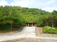 久米島のつむぎてぃーだ橋展望台/休憩所 - 何故に2個あるのか不明。1個でいいのでは?