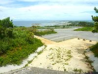 久米島のつむぎてぃーだ橋展望台/休憩所 - 上の休憩所からは橋が全く見えない!