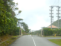 久米島のだるま公園登山道 - 坂を上ると自衛隊分屯基地