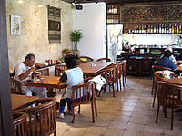 来間島のカフェ楽園の果実 - 店内は食堂部分と売店部分に分かれています