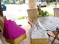 来間島のカフェ楽園の果実 - 店先ではジェラートのアイスも
