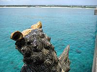 来間島のたそがれシーサー - 北側のシーサーは与那覇前浜を見ている