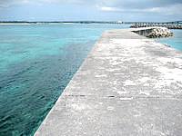 来間島の来間港 - 防波堤からは前浜が見えます