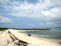 来間島の来間港のビーチ - ダイバーの練習によく使われています