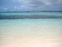 来間島の来間港のビーチ - 正面に与那覇前浜が見えます