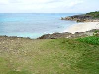 来間島のムスヌン浜 - 駐車場とビーチの間の草地もいい感じ