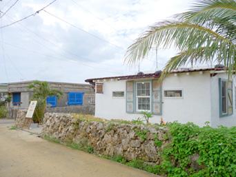 来間島のHAKONIWA KURIMA&NAMIMA/ハコニワ・ナミマ「玉城商店の向かいにあります」