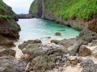 来間島のタコ公園 - プールのような岩場の海があります