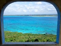 来間島の竜宮城展望台 - 窓枠からの景色も味があります