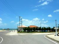 黒島の黒島船客ターミナル/黒島港 - 集落側から見たターミナル