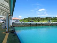黒島の黒島船客ターミナル/黒島港 - 浮き桟橋から港を見る