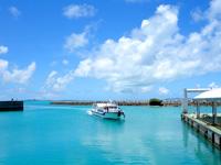 黒島の黒島船客ターミナル/黒島港 - 黒島沖の綺麗な海が少しだけ望める