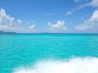 黒島の黒島港沖の海 - 青色がすごすぎ!