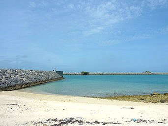 黒島の黒島港横のビーチ「港のすぐ近くにあります」