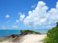 黒島の西の浜脇のビーチ/防波堤 - 西の浜に入って右の岩場の先