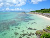 黒島の西の浜脇のビーチ/防波堤 - 超浅瀬なので水遊び程度ならできるかも?