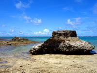 黒島の保慶海岸/ノッチ岩/のこぎり岩 - 折れた片割れも残っています