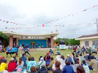 黒島の牛まつりメイン会場/ステージ - 牛との綱引きは圧倒的w