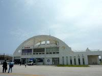南大東島の南大東空港/売店/観光プラザ - 滑走路側はこの円形の建物
