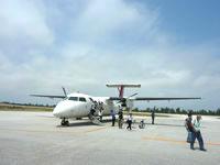 南大東島の南大東空港/売店/観光プラザ - 基本、プロペラ機なので滑走路を歩きます