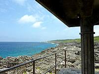 南大東島の塩屋プール/展望台 - 西港方面を望む