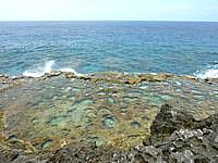 南大東島の塩屋プール/展望台 - 展望台眼下も結構面白い岩がある