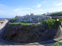 南大東島の西港レール - 西港へ降りる坂道擁壁の上にあります