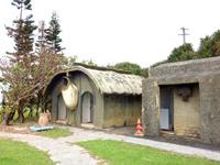 南大東島のフロンティアパーク/開拓百周年記念碑/金毘羅宮 - トイレにダイトウオオコウモリは余計かも?