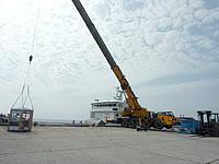 南大東島の西港/南大東港 西地区 - 人も物もクレーンで船に運ばれます