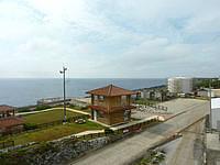 南大東島の南大東港湾事務所/南大東村役場港湾業務課 - 待合所やボイラー小屋側を見る