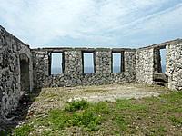 南大東島の旧ボイラー小屋 - 中は屋根はなく壁のみ