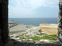 南大東島の旧ボイラー小屋 - 窓的な穴から見た景色