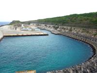 南大東島の南大東漁港 - 港の脇に石碑があります