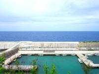 南大東島の南大東漁港 - 石碑脇のスペースはなかなか良いかも?