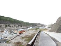 南大東島の南大東漁港 - 石碑の先に違った石碑かオブジェ有り